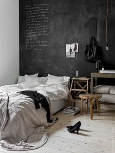 Some bedroom inspiration on this grey Sunday... This laid-back space in timeless black & white has been updated with a velvet bedspread for a warm and elegant touch, perfect for cooler autumn days. Wo