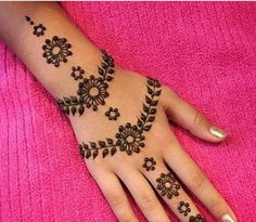 The pattern on the fingers is matched with the centerpiece mandala pattern to compliment the whole henna Henna Designs For Kids, Pretty Henna Designs, Henna Tattoo Designs Simple, Finger Henna Designs, Mehndi Designs For Beginners, Unique Mehndi Designs, Mehndi Designs For Fingers, Beautiful Mehndi Design, Latest Mehndi Designs