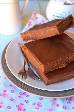 Gâteau mascarpone chocolat de Cyril Lignac Gâteau : 200 g chocolat noir à pâtisser fondu + 250 g mascarpone + 4 oeufs + 50 g sucre glace +  40 g farine Enfourner 20 mn à 180°C Glaçage : 100 g chocolat noir à pâtisser fondu + 50 g de beurre