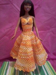 Vestido todo em croche feito com linha mesclada amarela 100% algodão, saia forrada com tecido, laço de fita de setim laranja na cintura e alças de fita laranja, abotoado atrás com miçangas amarela. R$ 20,00