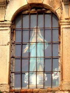 #Jaen - Orcera - Hornacina de la Virgen de la Asunción 38·18'55.42''N 2·39'36.32''W También integra Orcera en su patrimonio arquitectónico edificios levantados en los siglos XIX y XX con estilística ecléctica. Así, en la calle Venceslao de la Cruz se pueden observar edificios de dos o tres cuerpos, o, en la calle Genaro Parra, 5, un edificio asimétrico de bajo y dos cuerpos que presenta, en sus laterales, torres con interesante rejería sobre sus vanos de medio punto y alero corrido.