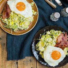 Preistamppot met bacon en gebakken ei, uit het kookboek 'Stamppotbijbel' van Werner Drent. Kijk voor de bereidingswijze op okokorecepten.nl.