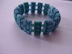 Dieses Armband ist grün und stahlblau mit grünen Biconen .
