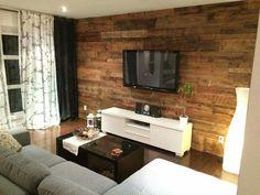 on aime le look rustique chic de la pièce et du mur en bois. Pas nécessairement tout un mur. Ex: retombée de plafond ou section du téléviseur.