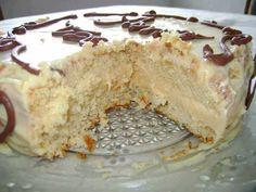 Ingredientes Para o bolo: 3 ovos 1 e 1/2 xícara (chá) de farinha de trigo 1 xícara (chá) de açúcar 50 mL de óleo 100 mL de água 1 colher (sobremesa) de fermento em pó Para o recheio: 1 lata de leite condensado 100 gramas de chocolate branco ralado 1 caixinha de creme de leite…