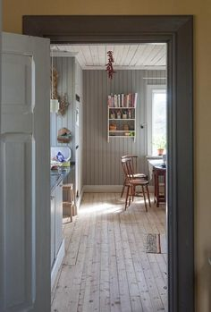 The beautiful bleached floors in this Nordic kitchen Home Interior, Interior And Exterior, Interior Design, Bedroom Vintage, Cottage Shabby Chic, Swedish Cottage, Decor Scandinavian, Carpet Flooring, Modern Carpet