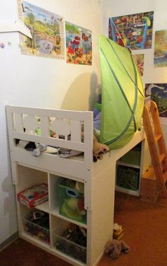 Hochbett selber bauen.  2x Kallax Regal von Ikea unter das Bett stellen. 2x Vikare Stützbrett (Seitenschutz), Leiter dran, festschrauben und das Hochbett ist fertig.