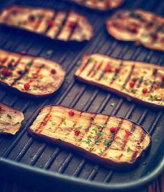 Le légume star de l'été c'est bien les aubergines. On peut les manger sous plein de formes différentes et jetées sur le grill du barbecue (ou à la plancha ou cuites au grill du four), c'est juste un délice. Il faut prendre un peu de temps pour la cuisson, mais quand on aime, on ne …                                                                                                                                                                                 Plus