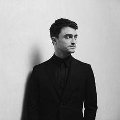 Ele fica perfeito em qualquer foto, principalmente em preto e branco  . Sigam as parcerias marcadas! . @Regrann_App from @charlesleonio -  Portrait of Daniel Radcliffe #portrait #blackandwhite #tiff #toronto #canada #danielradcliffe #celebrity #bts - #regrann