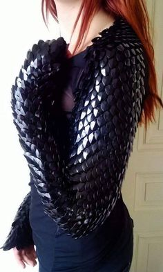 Obsidian scales shrug made to order by Silmarilclothing on Etsy Cool Costumes, Cosplay Costumes, Halloween Costumes, Larp, Steampunk Accessoires, Dragon Costume, Fantasy Costumes, Inspiration Mode, Chainmaille