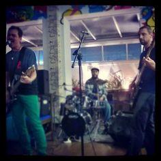 A banda Malt90 apresenta ao vivo o melhor do rock nacional e internacional.