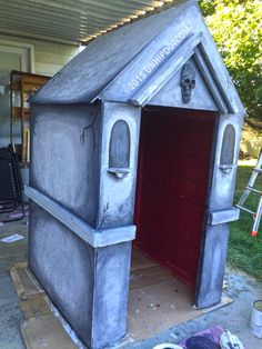 How to Build a Halloween Mausoleum! How to Build a Halloween Mausoleum! Halloween Outside, Outdoor Halloween, Holidays Halloween, Halloween Crafts, Halloween Witches, Happy Halloween, Halloween 2018, Halloween Stuff, Tombstones For Halloween