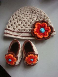 Would change base color though. Crochet Baby Beanie, Booties Crochet, Crochet Baby Clothes, Crochet Baby Shoes, Crochet Slippers, Baby Booties, Baby Knitting, Crochet For Kids, Diy Crochet