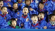 La FCB Escola Katsushika y la afición japonesa, en el entreno del Barça | FC Barcelona