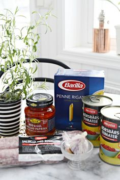Salsicca med tomat och pasta, 1 burk körsbärstomater (konservburk alltså) 1 burk grillad paprika,1 lök,4 råa salsicca, vitlök. Koka pasta, hacka löken, fräs den i en skvätt olivolja tillsammans med en eller två pressade vitlöks klyftor. Sprätta upp korven och töm köttdegen i stekpannan. Stek under omrörning, tillsätt tomaterna och låt puttra några minuter, dela den grillade paprikan - lägg i stekpannan, Salta peppra och krydda enligt smak med tex pirri pirri, chiliflakes eller cayennepeppar.