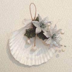 天然の貝殻を使って ポインセチアやパール等で作成したオーナメントです。クリスマス用のオーナメントに限らず壁やドア等の飾りとしてお使いいただけます。南国テイスト...|ハンドメイド、手作り、手仕事品の通販・販売・購入ならCreema。