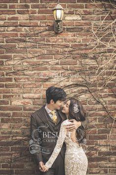 ideas for wedding photography couple photo poses brides Pre Wedding Poses, Wedding Couple Poses, Pre Wedding Photoshoot, Wedding Shoot, Wedding Couples, Wedding Ceremony, Foto Wedding, Wedding Posing, Paris Wedding