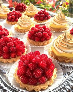 1,181 mentions J'aime, 38 commentaires – Matthew Rosenzweig (@pastrychefmatthew) sur Instagram : « Wineberry Tartlets and Lemon Meringue Tartlets! Sorry but this week is too hot & humid to go… »
