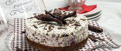 Stracciatella-Torte mit Kirschen und einem Schokobiskuitboden. Der Belag ist mit Quark, Joghurt und Sahne. Darauf kommen die Schattenmorellen/Sauerkirschen.