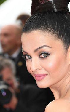 Aishwarya Rai Pictures, Aishwarya Rai Photo, Aishwarya Rai Bachchan, Hot Actresses, Indian Actresses, Bollywood Fashion, Bollywood Actress, Bridal Hair Buns, Latest Fashion For Girls