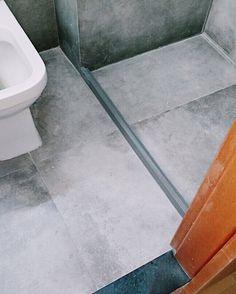 As alegrias vêm em pequenos detalhes como na instalação do divibox (esse filete de pedra colocado no chão do box do banheiro para que a água do chuveiro não passe para o resto do banheiro). Escolhemos uma pedra de Silestone cinza para se assemelhar mais à cor do porcelanato. Vocês colocam o divibox também?