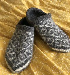 Ravelry: Basic Slippers pattern by Arne & Carlos Loom Knitting Patterns, Felt Patterns, Knitting Stitches, Knitting Socks, Knitting Projects, Hand Knitting, Knitting Tutorials, Stitch Patterns, Knitted Slippers
