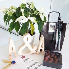 Madre mia!!! Mil gracias por vuestros regalos de navidad. Estos son algunos de los regalos que me han llegado. Unos fantáticos dulces de la mano de @novasolspray y unas preciosas letras de @letrasluces. Felices fiestas!!! 🌲🌲