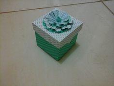 Lembrancinhas casamento, aniversario  caixinha papel quadrado com flor de papel  ideal para trufas, doces finos  faco na cor que desejar tamanho7x7x7 cm