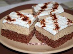 Jemný kakaový korpus, kávový krém a šľahačka.