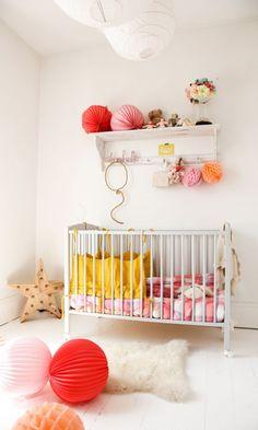 home-tour-maison-familiale-chambre-bébé-jaune-rouge-rose-mademoiselle-claudine-interieur-vintage-the-socialite-family