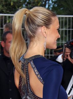 Love how elegant a pony tail can look.