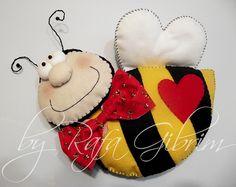 Almofada de abelha by Feito a mão [by Rafa], via Flickr