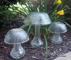 Glass garden mushrooms made from bowls and vases. repurpose garden art - Diy for Houses