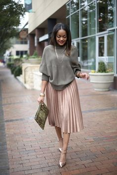 Gimme That ASOS Pleated Midi Skirt! One of the best fashion trends for 2016 is the pleated midi skirt! I have been crushing hard on this ASOS pleated midi skirt and had to have it! SEE DETAILS Classy Outfits, Chic Outfits, Fashion Outfits, Fashion Trends, Black Fashion Bloggers, Summer Outfits, Best Outfits, Fashion Ideas, Workwear Fashion