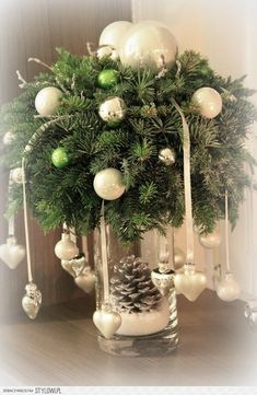18 Amazing Christmas Centerpieces For The Cutest Christmas - Weihnachtsdeko selber basteln - Weihnachten Christmas Flowers, Noel Christmas, Winter Christmas, Christmas Wreaths, Christmas Ornaments, Christmas Hanging Baskets, Diy Ornaments, Christmas Christmas, Christmas Lights