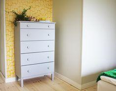Colorelle modeblogg - måla ikeabyrå Bookshelves, Dresser, Colours, Cabinets, Shelf, Closet, Inspiration, Furniture, Wallpaper