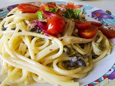 """Uuuuh da quanto tempo non facevo un post della serie """"Bella Figura con Poca Fatica e Poca Spesa!!"""" Vi va uno Spaghettone con pomodori #piccadilly saltati e pestato di #olive e #caprino!? Bello, saporito e perfetto per una cena dell'ultimo minuto, impiegherete meno a a preparare il condimento che a cuocere la pasta!!...#ricetta sul #blog #kitchengirl #tacchiepentole #cucina #amicincucina #lacucinaitaliana #cucinaitaliana #ricetteperpassione #pranzoitaliano #dolce_salato_italiano"""