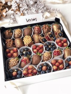 Chocolate Dipped Strawberries, Chocolate Treats, Chocolate Covered Strawberries, Kreative Snacks, Dessert Packaging, Chocolate Packaging, Cute Desserts, Cafe Food, Easy Food To Make