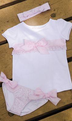 BRAGUITA, CAMISTA Y DIADEMA LIBERTY ROSA. Braguita de lycra, camiseta y diadema flor liberty rosa,  disponible de la talla 2 a la 8 años. También se confecciona en flor libery azul. Se venden por separado.
