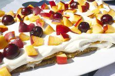 Kaurapohjainen kakku tuoreista marjoista tai hedelmistä