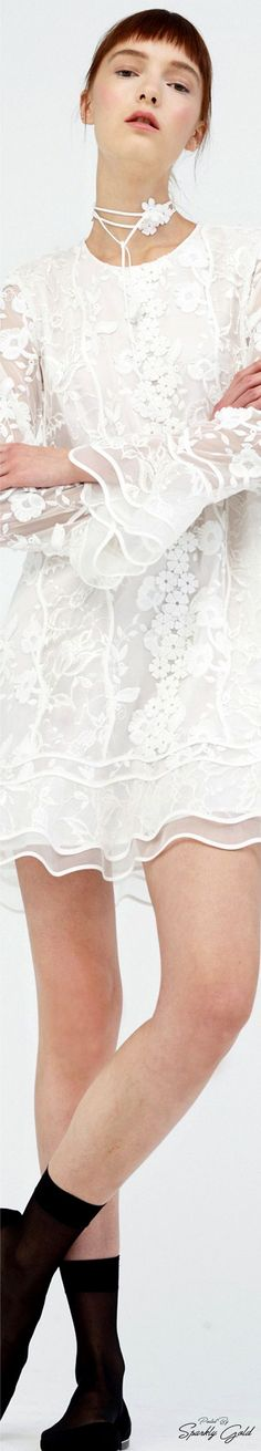 Scalloped edges - that rings a bell sleeve! White Fashion, I Love Fashion, Fashion 2017, Couture Fashion, Fashion Dresses, Womens Fashion, Fashion Design, Fashion Trends, Look Vintage