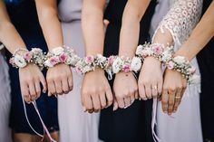 Flower bracelets at the wedding for bride and bridesmaids. Photo: Thomas Koenen Photography - Flower bracelets at the wedding for bride and bridesmaids. Photo: Thomas Koenen Photography You are - Bride Flowers, Wedding Flowers, Bouquet Flowers, Flower Quotes, Engagement Ring Cuts, Flower Bracelet, Brides And Bridesmaids, Wedding Beauty, Wedding Accessories
