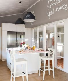 Zona de isla de trabajo con barra volada y pared pintada en gris con pintura de esténcil Kitchen Dinning, Living Room Kitchen, Dining Area, Kitchen Decor, Kitchen Design, Cool Kitchens, Furniture Decor, Interior Decorating, Sweet Home