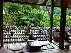 やちむん喫茶 シーサー園  本部の大自然に溶け込むように、ひっそりと昔ながらの雰囲気を漂わせながらたたずむカフェ。古民家の情緒ある雰囲気たっぷりの、2Fのテラス席がオススメ。愛嬌のあるシーサーたちが迎えてくれます。  URL:http://tabelog.com/okinawa/A4702/A470202/47000272/ 電話:0980-47-2160 住所:沖縄県国頭郡本部町伊豆見1439