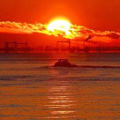 【shiratori_toru】さんのInstagramをピンしています。 《若洲海浜公園からの朝日 東京湾内では、水平線からの昇る朝日とはなりませんが、絵になります。ちょうどボートが通ったところを撮影しました。 20170211撮影 #朝日 #海 #若洲海浜公園 #tokyo #ボート  #insta_world_photo #bestphoto_japan #total_myworld #efe_snapshots_daily #total_shot #discovertokyo #loves_united_asia #jp_gallery #phos_japan #world_bestangels #bestjapanpics #world_great #ig_japan #loves_nippon #icu_japan #japan_daytime_view  #japan_of_insta #team_jp_ #IGersJP #東京カメラ部 #discoverjapan #team_jp_東 #カメラ好きな人と繋がりたい #ファインダー越しの私の世界…