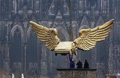 Após ser restaurado pela Ford, carro com asas douradas feito pelo artista HA Schult é recolocado no telhado do museu da cidade de Colônia, na Alemanha - http://revistaepoca.globo.com//Sociedade/fotos/2013/04/fotos-do-dia-4-de-abril-de-2013.html (Foto: EFE/Oliver Berg)