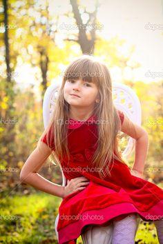 dulce niña en el bosque otoñal sentado en una silla - Imagen de stock: 14799871