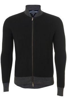 Dit prachtige vest van het exclusieve merk Armani Jeans Is perfect voor dit winterseizoen. Het vest is zwart en van een wolmix. Heerlijk warm. De boorden en opstaande kraag zijn grijs gekleurd.