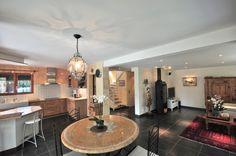 Immobilier - ARCHAMPS - Villa traditionnelle de 251 m² sur une parcelle de 2 000 m². 2 studios indépenda Studios, Villa, Mirror, Bathroom, Frame, Furniture, Home Decor, Real Estate, Washroom