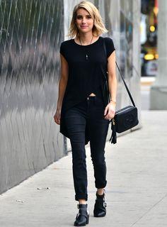 Emma Roberts demuestra que no hay que complicarse mucho con los looks de calle para acertar. Toda de negro y mezclando prendas básicas con otras de plena tendencia, la actriz da una lección de street style.